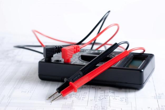 電子回路の背景にマルチメータ