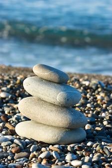 ビーチで小石の山