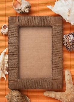 Рамка для фото из ковриков и морских раковин