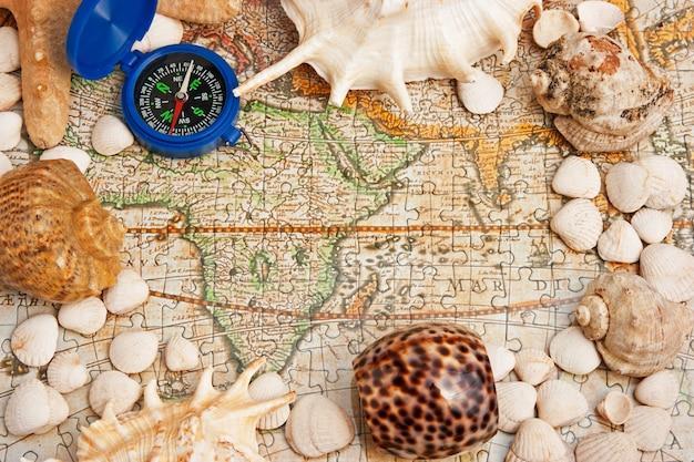 古い地図と貝殻のフレーム