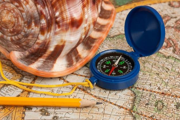 地図上のコンパスと貝殻