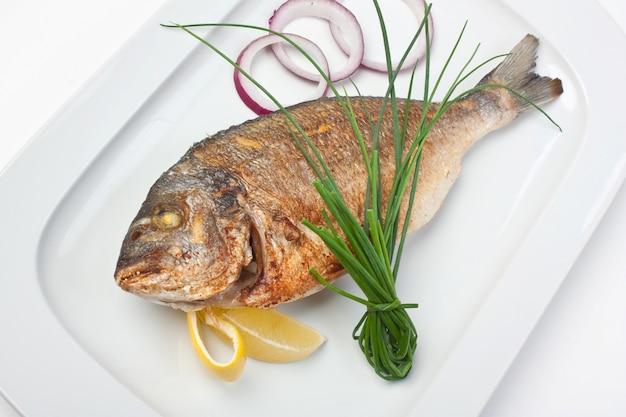玉ねぎと揚げ魚の料理