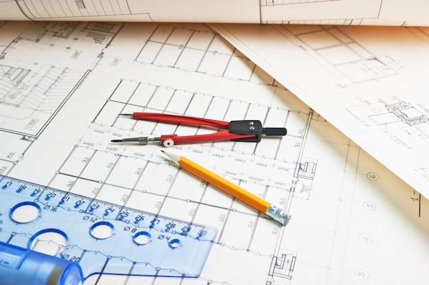 定規とコンパスの古い建築図面