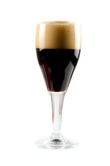 Стакан темного пива на белом фоне