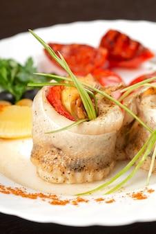Филе судака, фаршированное форелью, запеченным перцем, помидорами и луком-пореем