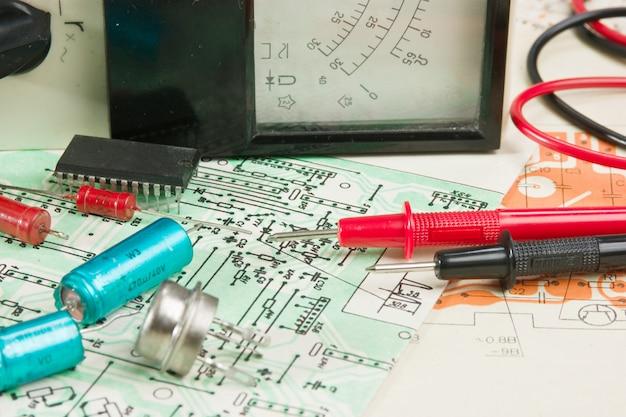 電気メーターと回路上の電子部品