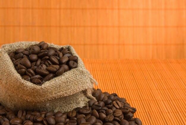 Кофейные зерна в сумке
