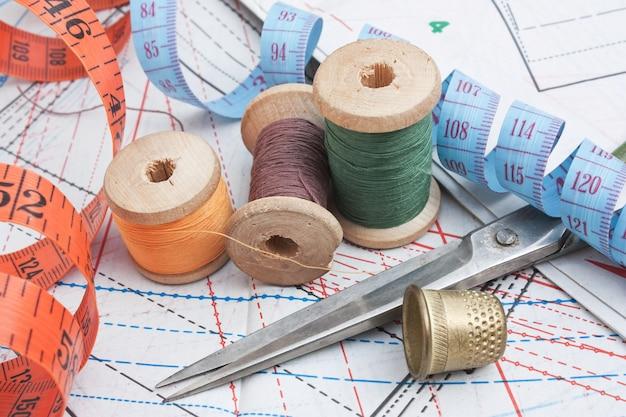 Натюрморт различные швейные принадлежности в схеме