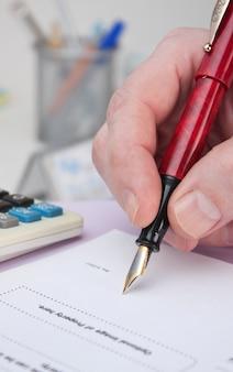 Бизнесмен подписывает рабочий документ