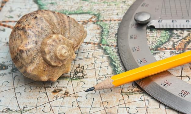 分度器と地図上の貝殻