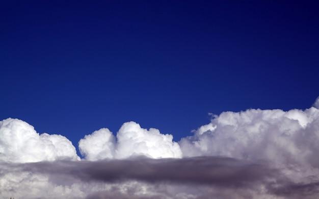 青い空に嵐の雲