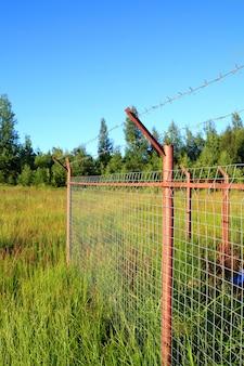 緑の野原にフェンス