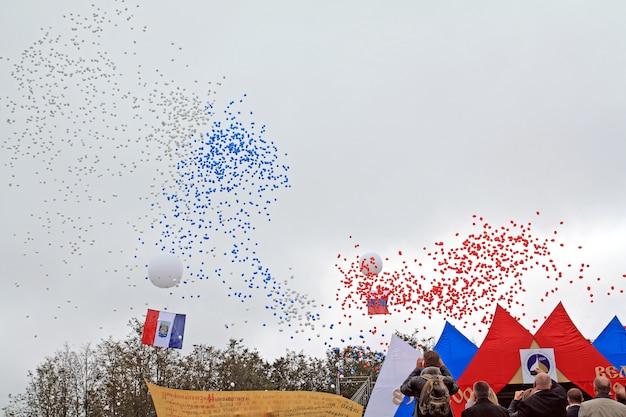 町の休日の空気球
