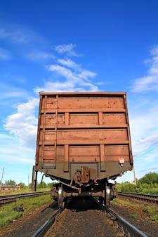 田舎の駅での鉄道車両