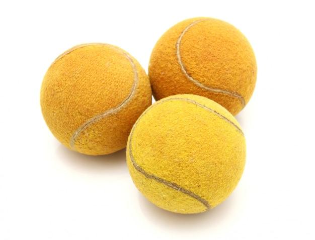 Три старых теннисных мяча