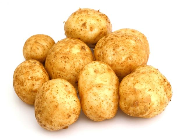 Куча картофеля на белом фоне крупным планом