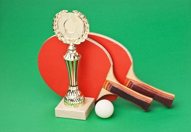 緑のテーブルでスポーツ賞とテニスラケット