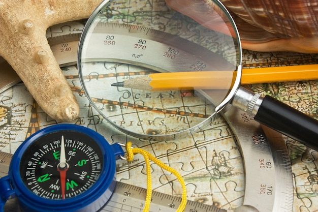 Карта и морская звезда, натюрморт