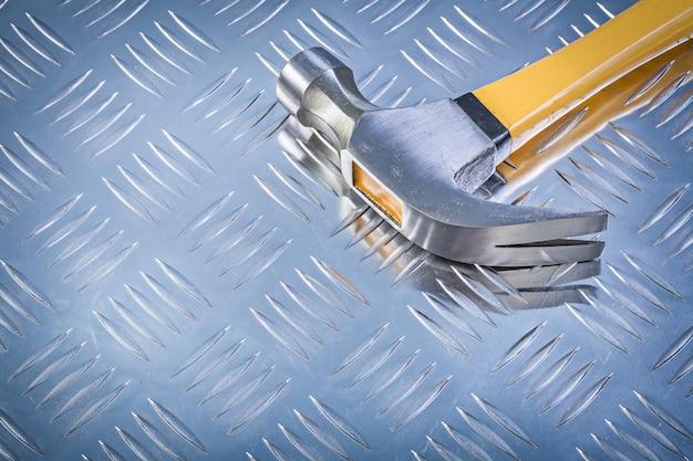 溝のある金属の背景構造コンセプトにクローハンマー