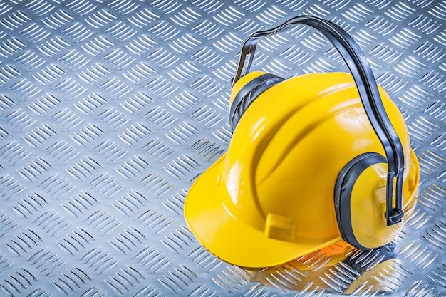 段ボールの金属板にヘルメットを建てる安全イヤーマフ