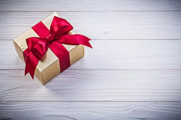 Коробка-контейнер на деревянной доске праздников концепции