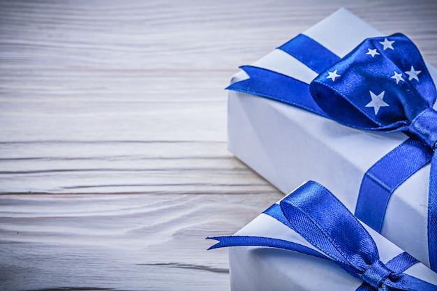 Коллекция подарочных коробок на деревянной доске праздников концепции