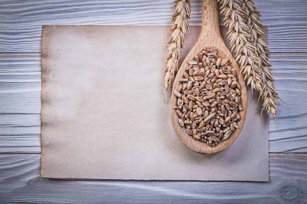 Пшеничные ржаные колосья кукурузы урожай деревянной ложкой старинные лист бумаги на деревянной доске