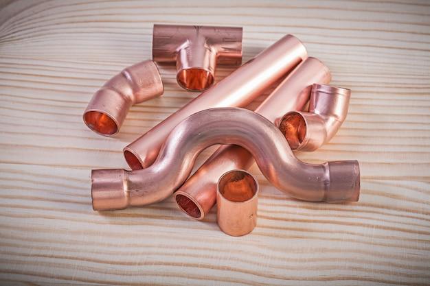 木の板の配管コンセプトに銅管継手
