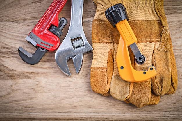 安全手袋調節可能なキーモンキーレンチパイプカッター木板配管コンセプト