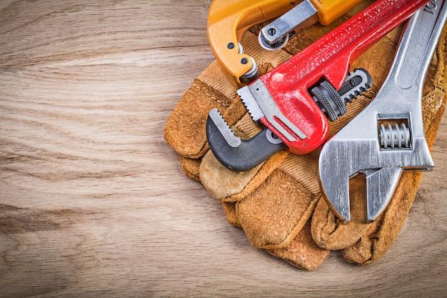 安全手袋調節可能なスパナモンキーレンチパイプカッター木の板配管コンセプト