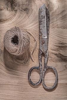 木の板にロープヴィンテージはさみのハンク