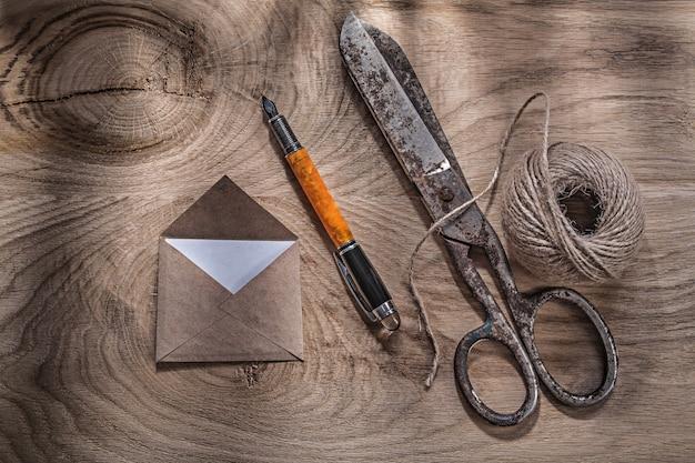 木の板に文字列ヴィンテージはさみ封筒万年筆のかせ