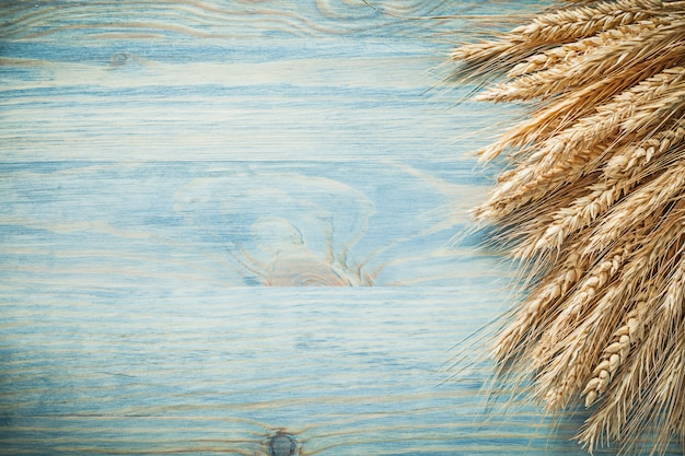 Колосья пшеницы и ржи на деревянной доске