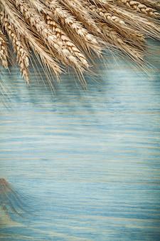 Колосья пшеницы на деревянной доске