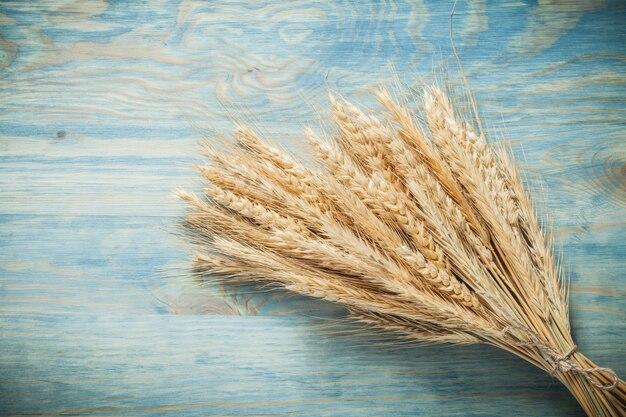 Колосья пшеницы на деревянной доске еды концепции