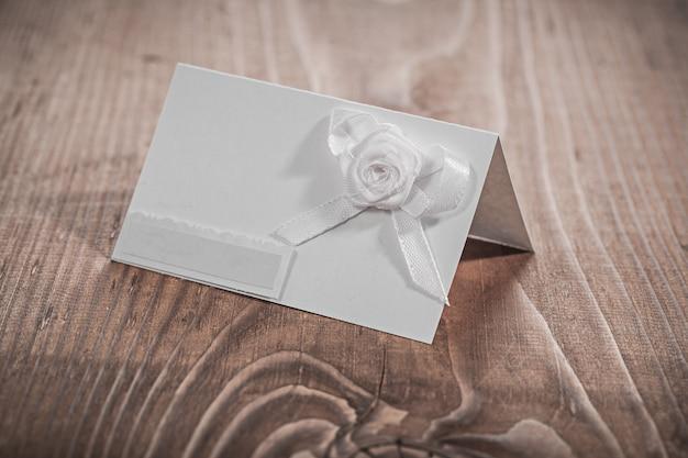 花と白い招待カード