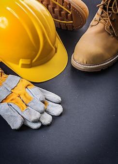 手袋、黄色いヘルメット、作業用ブーツ
