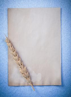 ライ麦の耳と青い表面にヴィンテージ紙