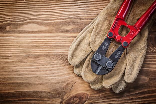 木の板に保護手袋ボルトカッター