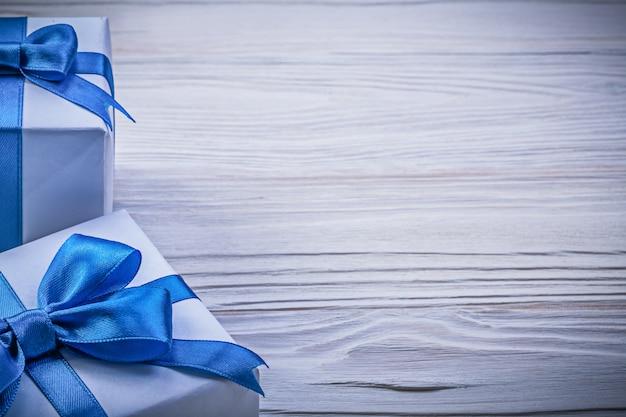 木の板に包まれたプレゼントボックスのセット