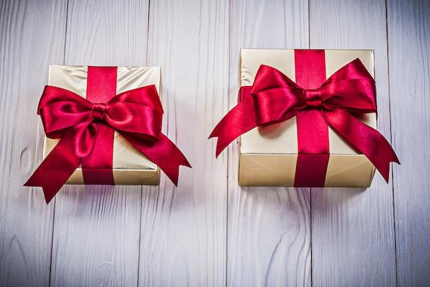 木の板にプレゼントボックス