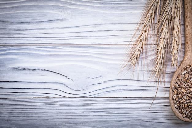 木板に熟した小麦とライ麦の耳の木のスプーンコーン