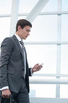 スマートフォンを使用しているビジネスマン