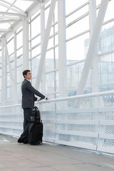 空港の都市環境に立っているビジネスマン