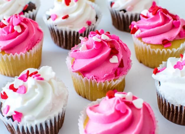 ピンクと白の色のフロスティングクリームカップケーキ