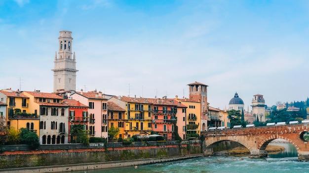 Римский арочный мост через реку адидже в вероне. исторический центр европейского города.