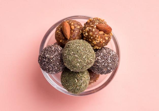 ドライフルーツエネルギーボールからのさまざまな種類の便利な甘いお菓子