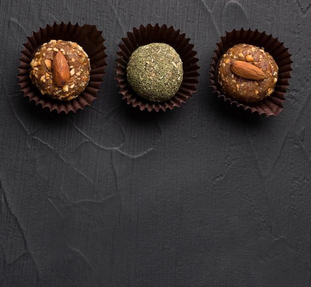 Полезные сладости без сахара из сухофруктов энергетические шарики с орехами и сухой мятой в упаковке.