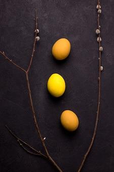 Оранжевые и желтые пасхальные яйца