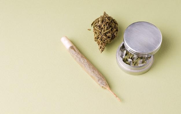 Сухая марихуана рядом с тертым